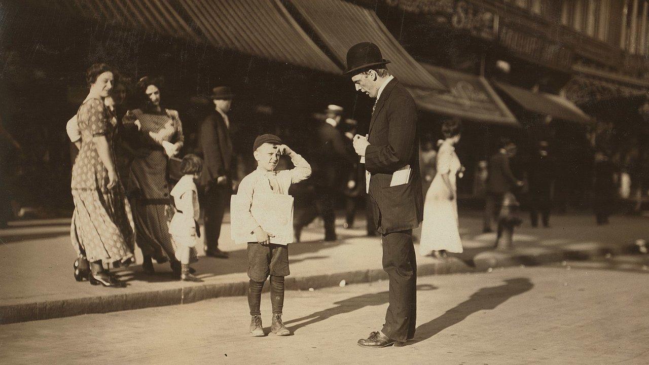 Malý prodavač novin ze 125. ulice.