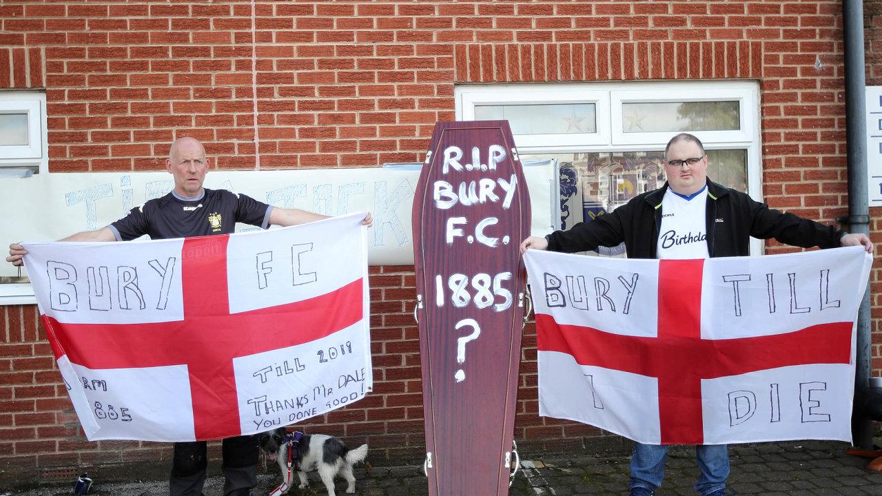 Rakev pro tradiční klub. Fanoušci se loučí s účastí Bury FC v anglických profesionálních soutěžích, s úředním rozhodnutím se neztotožňují.