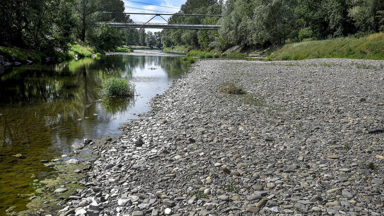 Úřady už vsoučasnosti mohou krátkodobě odběry vody vpřípadě mimořádného sucha omezit nebo zakázat. Navrhovaná změna zákona by ale odběry vody upravovala dlouhodobě.