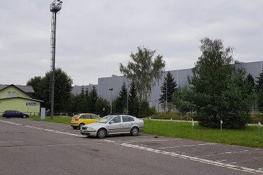 Městečko Solnice atovárna Škody Auto vKvasinách tvoří jeden mikrosvět, jak dokládá třeba hala automobilky vsousedství solnického nádraží.