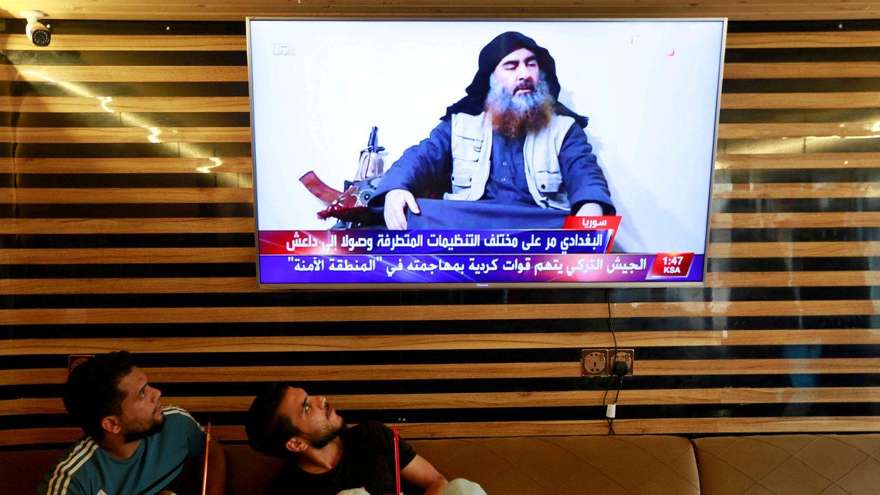 Mladí Iráčané ve městě Najáf sledují zprávu o smrti vůdce Islámského státu abú Bakra Bagdádího.
