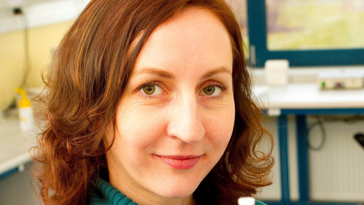 Jana Čížková může pracovat na projektech svých kolegů, vlastní ale mít nemůže. Je to jedna z věcí, která vadí vědkyním, jež mají malé děti a chtějí se vrátit do práce.