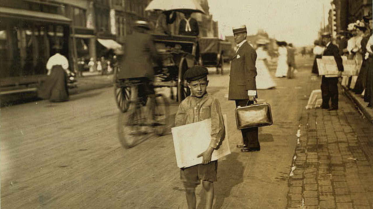 Malý prodavač novin z Indianapolisu, Indiana. Srpen 1908.