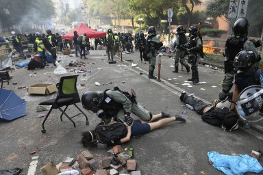 Vyhrané obléhání. Policisté dobyli areál polytechnické univerzity vHongkongu, kde se ukryli lidé protestující proti místní vládě.