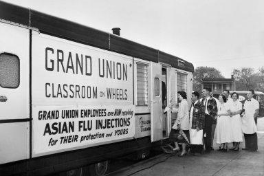 Epidemie tu byly abudou. Sestřičky adoktoři se staví dofronty naočkování proti asijské chřipce vroce 1957.