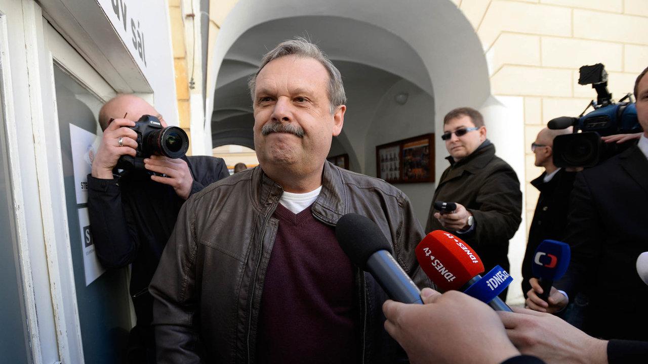 Dokonce iposlanec vládní ČSSD Václav Votava říká, že nebude pro tak obrovský deficit zvedat ruku snadno.