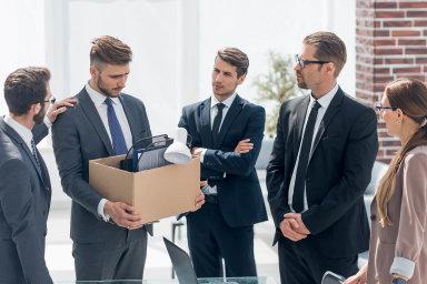 Propouštějící firmy někdy vytipují lidem nové potenciální zaměstnavatele. Někdy je s nimi i s doporučeními propojují.
