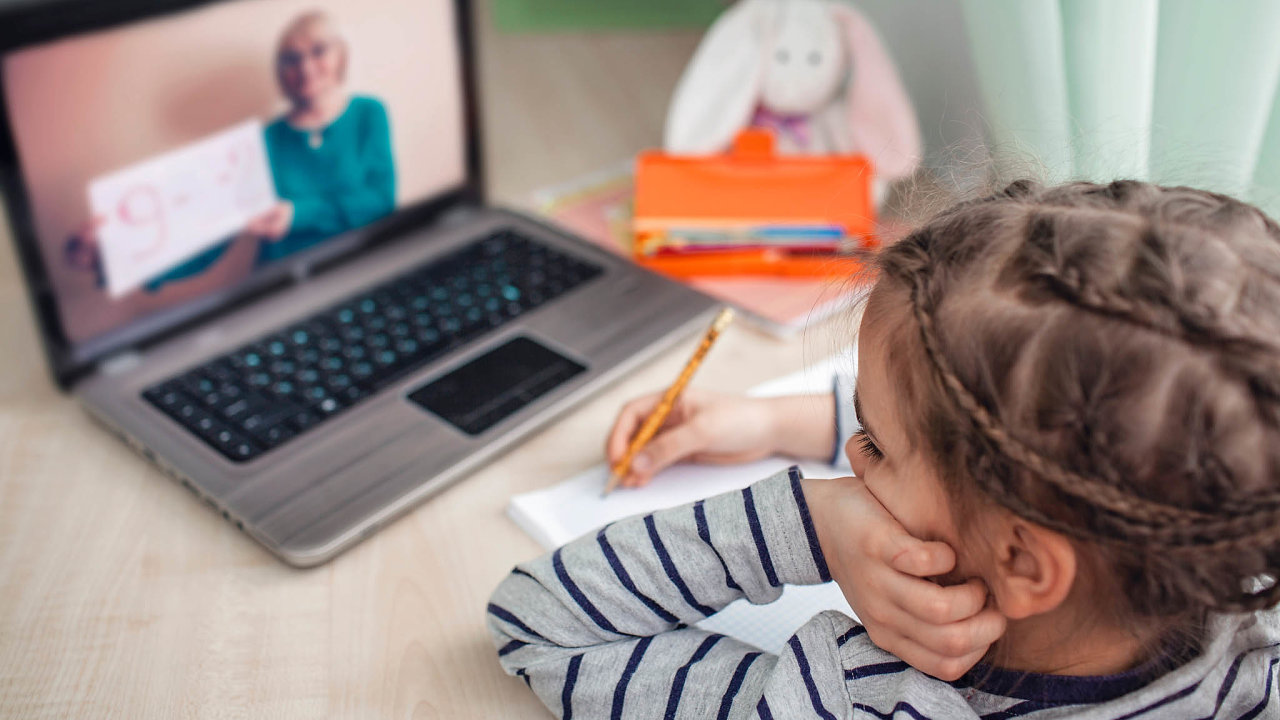 Při koronavirové karanténě se školáci učili na dálku, jejich učitelé jim látku vykládali on-line.