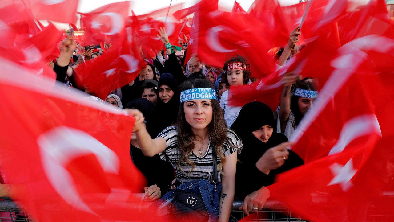 Pro prezidenta. Recep Erdogan čelí kritice, zároveň má mezi Turky podporovatele, kteří věří ve splnění cílů, jež si na začátku prezidentské kampaně vytkl ke stoletému výročí republiky v roce 2023.