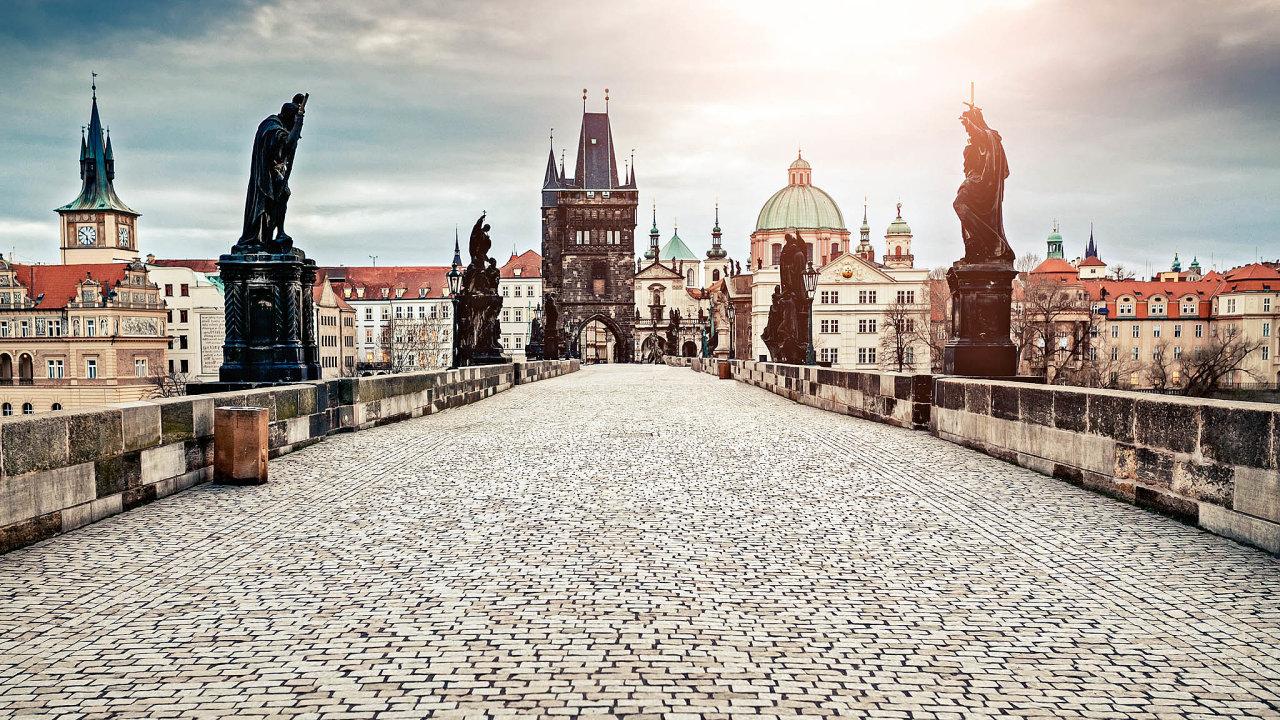 Prázdná apřitom levná Praha je ráj pro turisty. Kvůli krizi si mohou vklidu užít ipamátky jako Karlův most či Staroměstské náměstí. Pro ty, které turistický ruch živí, je to ale důvod kdepresi.