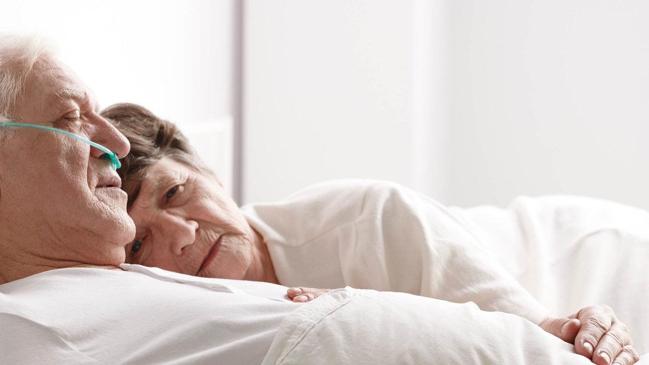 Lidé omožnostech domácí péče oumírajícího často nevědí. Mobilní hospice přitom dokážou zcela nahradit nemocniční péči. Velké nároky jsou ale kladeny inarodinu.