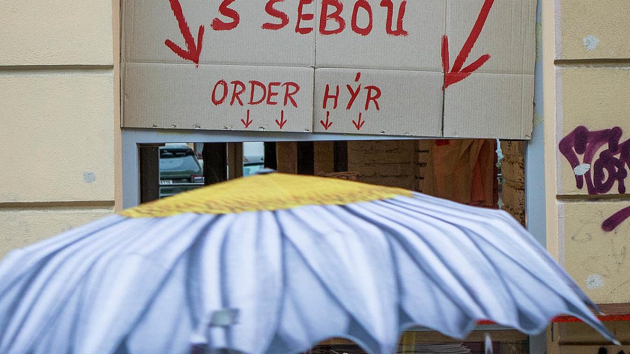 Restaurace mohou od středy 14. října prodávat jídlo jez z výdejních okének. Snímek je zpražské Letné.