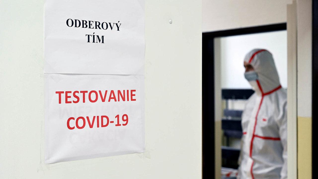 Slovenská vláda kplošnému testování přistoupila proto, aby odhalila pozitivní osoby bez příznaků, zbrzdila šíření viru avyhnula se plošné karanténě.