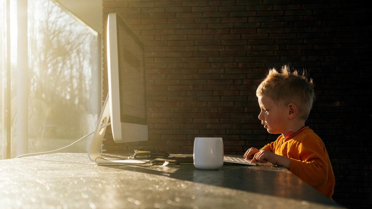 On-line bezpečně: Děti si často neuvědomují, že kpočítači mají připojenou iwebkameru nebo mikrofon.