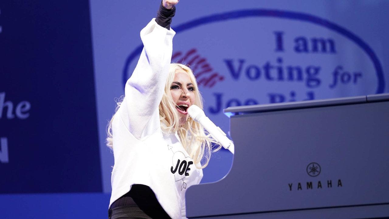 Americkou hymnu naBidenově inauguraci zazpívá Lady Gaga.