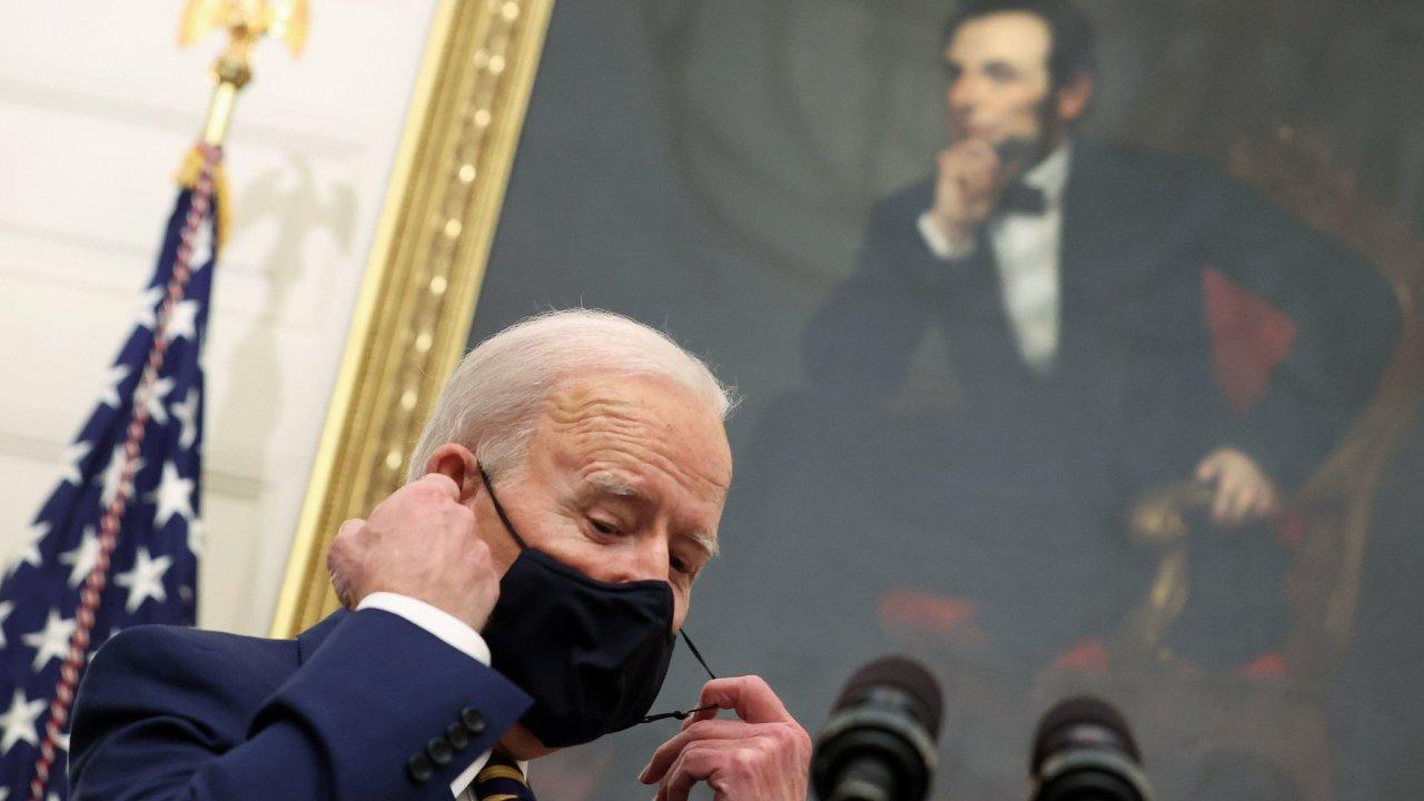 Nový americký prezident Joe Biden představil ve Washingtonu plány své administrativy v boji proti covidu-19.