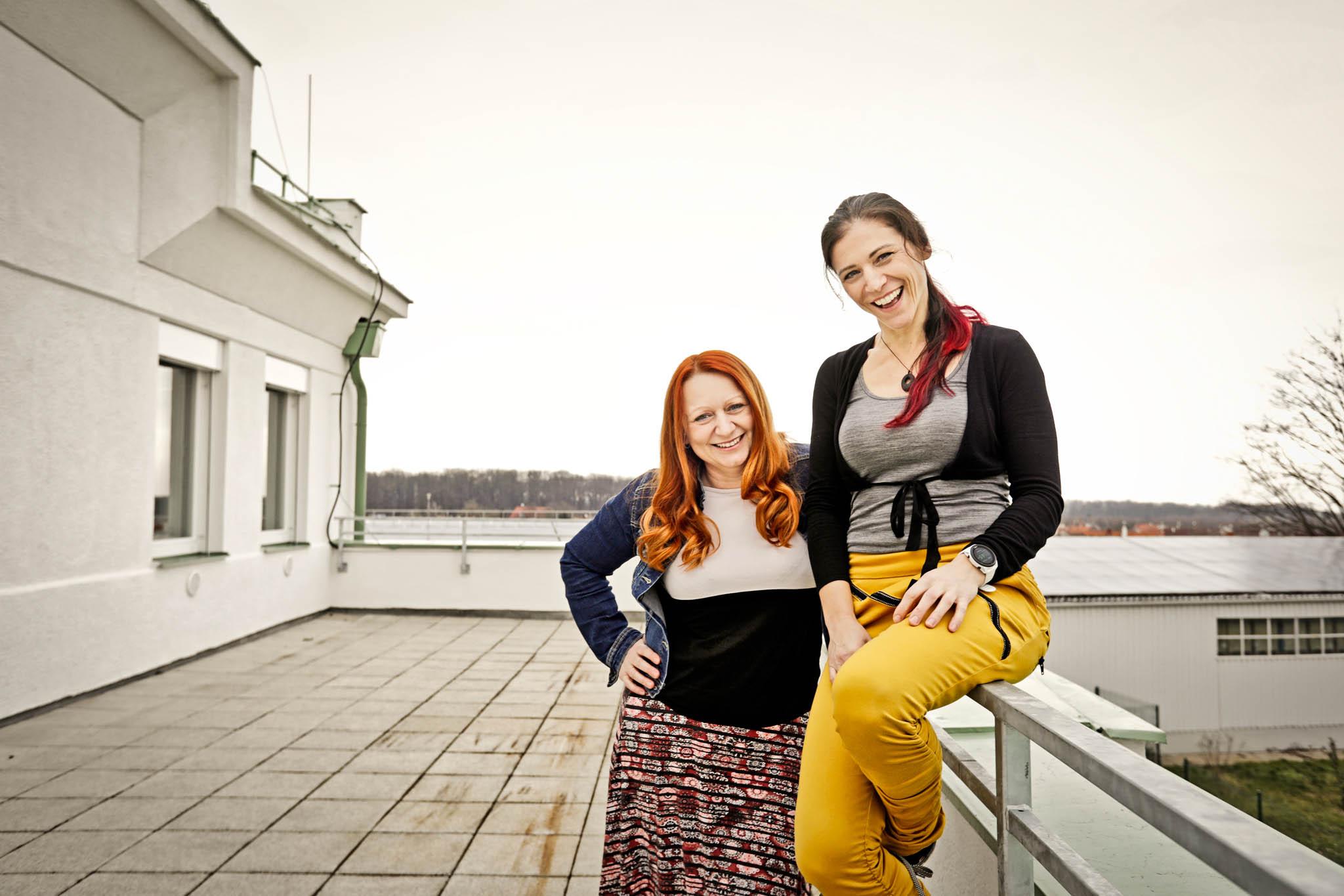 Se založením školy Markétě Fibigerové (vpravo) pomáhala i její kamarádka Markéta Tuhá. Fibigerová je dnes ředitelkou 1. IT Gymnázia a Tuhá její zástupkyní.