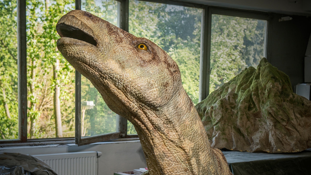 Nalezenou kost nejprve zkoumali paleontologové, kteří určili jeho základní tvary. Jan Sovák je vtělil donákresů a podle nich Jan Jirovec vytvořil plastiku vživotní velikosti.