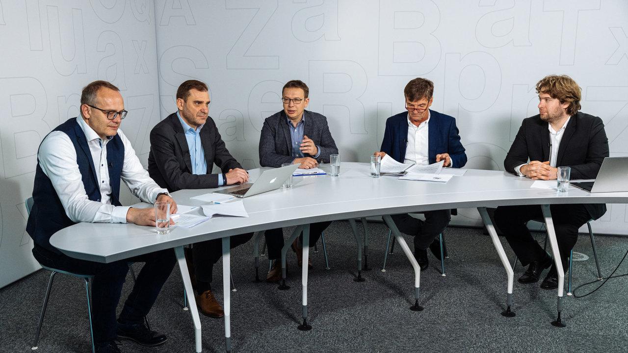 Debata na téma kontribuce developerů proběhla v sídle vydavatelství Economia 26. 5. 2021. Moderoval ji šéfredaktor HN Jaroslav Mašek (uprostřed)