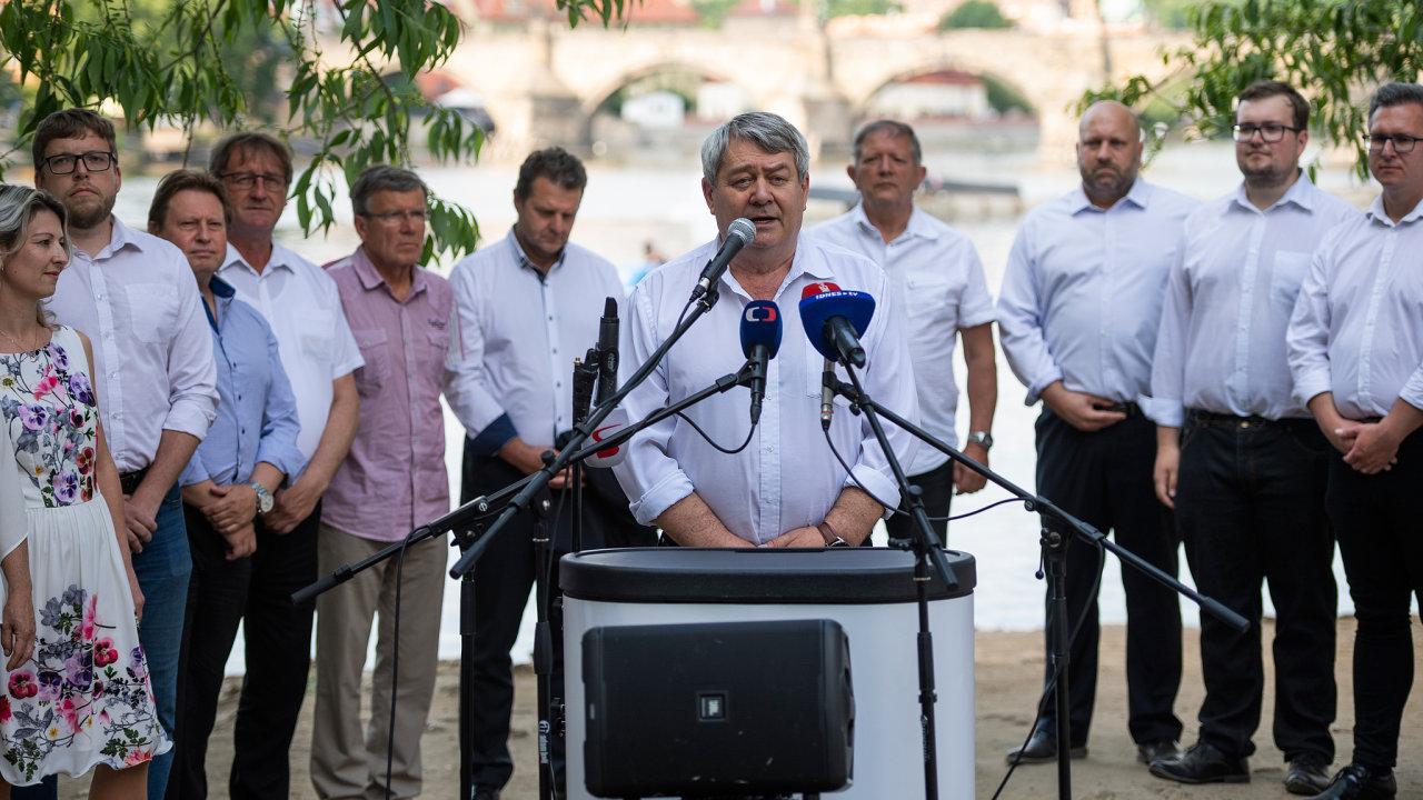 Rozhalené bílé košile bez kravaty, se kterými uvoličů boduje hnutí ANO, oblékli letos ičeští komunisté. Dosud přitom vystupovali vtradiční kombinaci saka akošile skravatou.