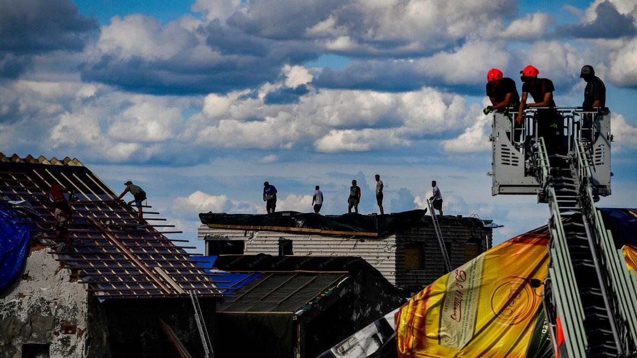 Odstraňování škod po silné bouři, krupobití a tornádu v Moravské Nové Vsi na Břeclavsku.