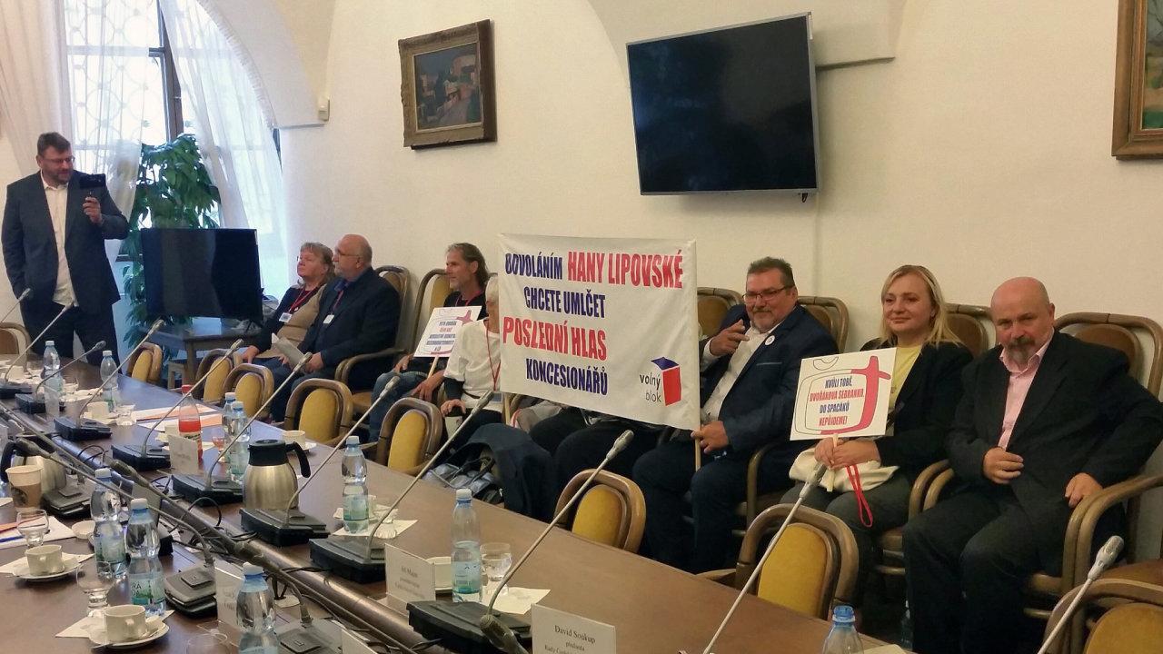 Zástupci Volného bloku přišli 7. září 2021 ve sněmovně na jednání volebního výboru, který by měl mimo jiné jednat o odvolání Hany Lipovské z Rady České televize.
