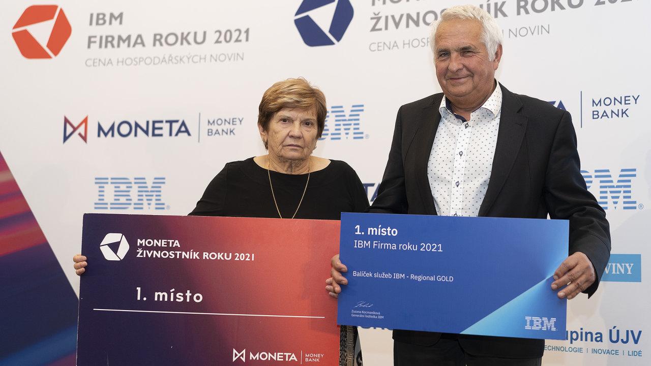 Vítězové soutěží IBM Firma roku 2021 a Moneta Živnostník roku 2021 Olomouckého kraje. Vlevo vítězná živnostnice Jarmila Podhorná, vpravo zakladatel vítězné firmy Laski Zdeněk Zapletal.
