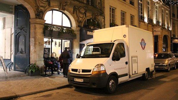 Kamion, který kouří v ulicích Paříže