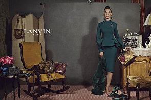 Dvaaosmdesátiletá modelka se stala hvězdou podzimních módních kampaní