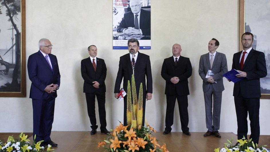 Slavnostní předání knihy. Zleva Václav Klaus, zástupce kancléře Petr Hájek, kancléř Jiří Weigl a další