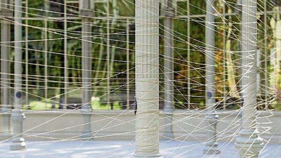 Návštěvníci instalace Jiřího Kovandy procházejí jeho pavoučí sítí a hledají dva zlaté prsteny
