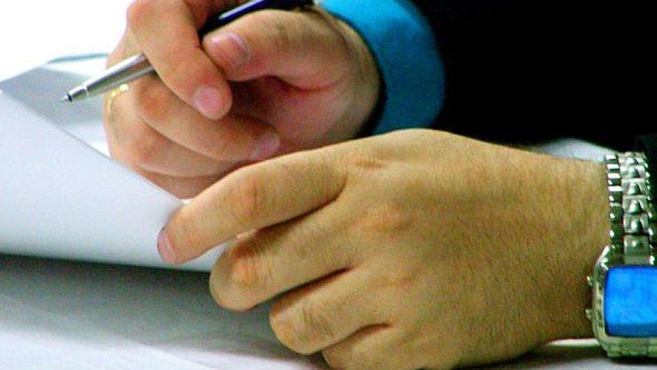 Před podpisem je třeba smlouvu ověřit