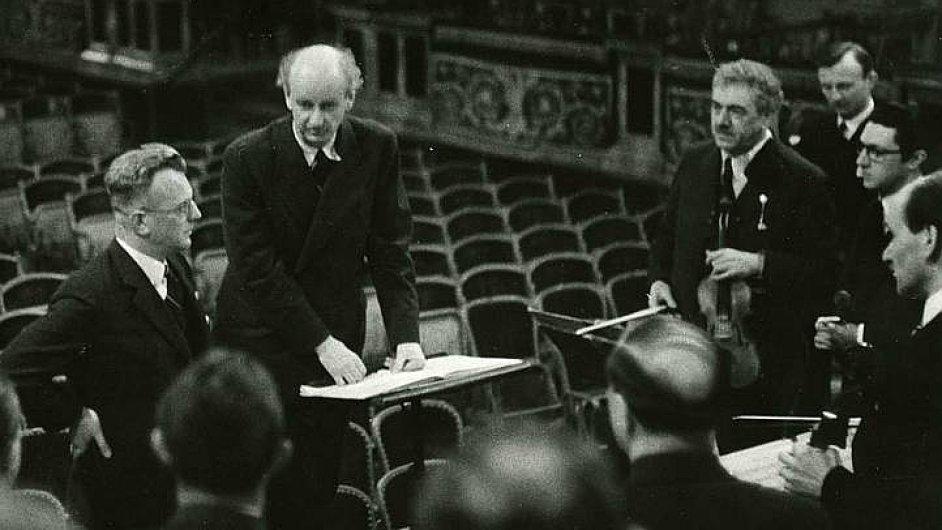 Budoucí komisař Říšského komisariátu Nizozemsko Arthur Seyß-Inquart (vlevo) s dirigentem Wilhelmem Furtwaenglerem v roce 1938 při zkoušce Vídeňské filharmonie.