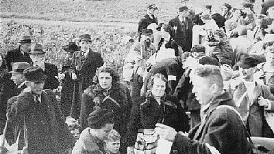 Židé z nizozemského Hooghalenu na cestě do tábora Westerbork, říjen 1942