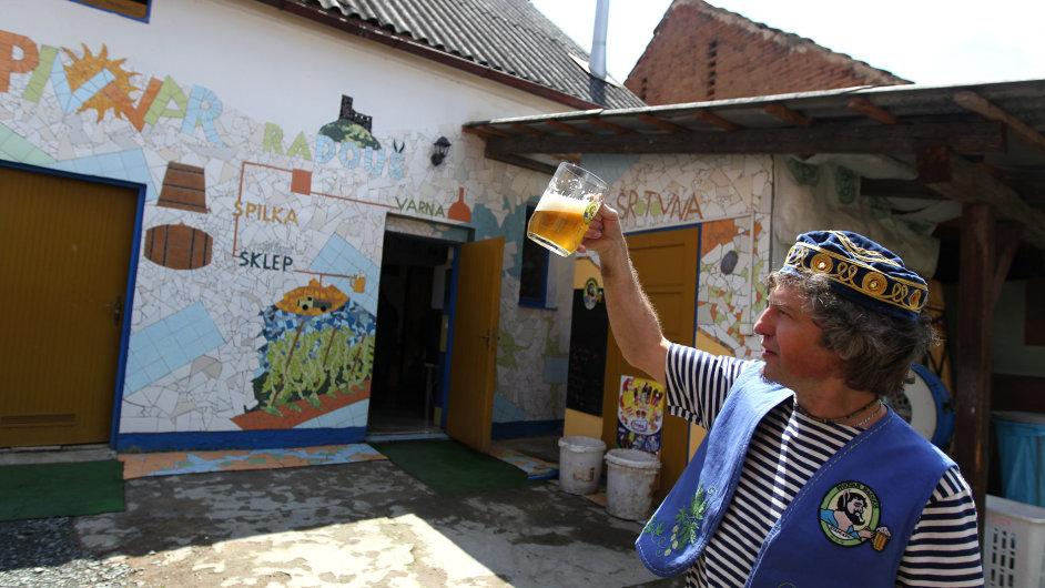 Hlavní sládek a ředitel Pivovaru Radouš Vili Ilgner tvoří receptury piv a ve volné chvíli se zabývá netradiční výzdobou pivovaru a pivovarského dvora ve stylu Antonia Gaudího.