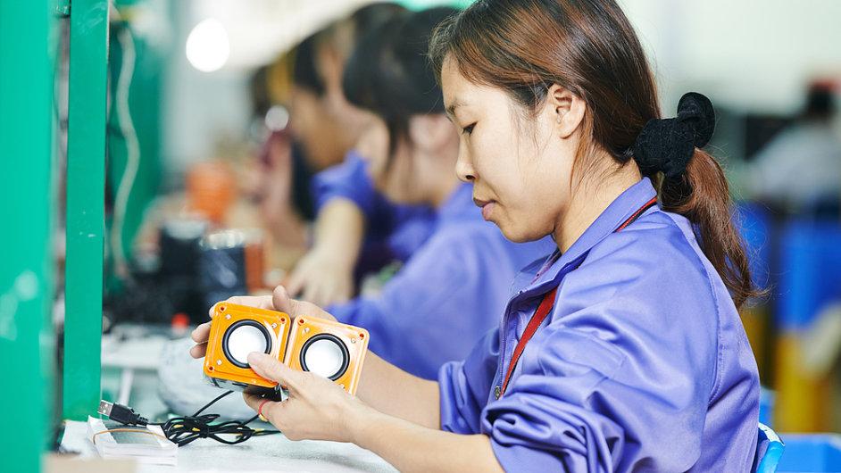 Pracovníci továrny v Číně (Ilustrační foto).