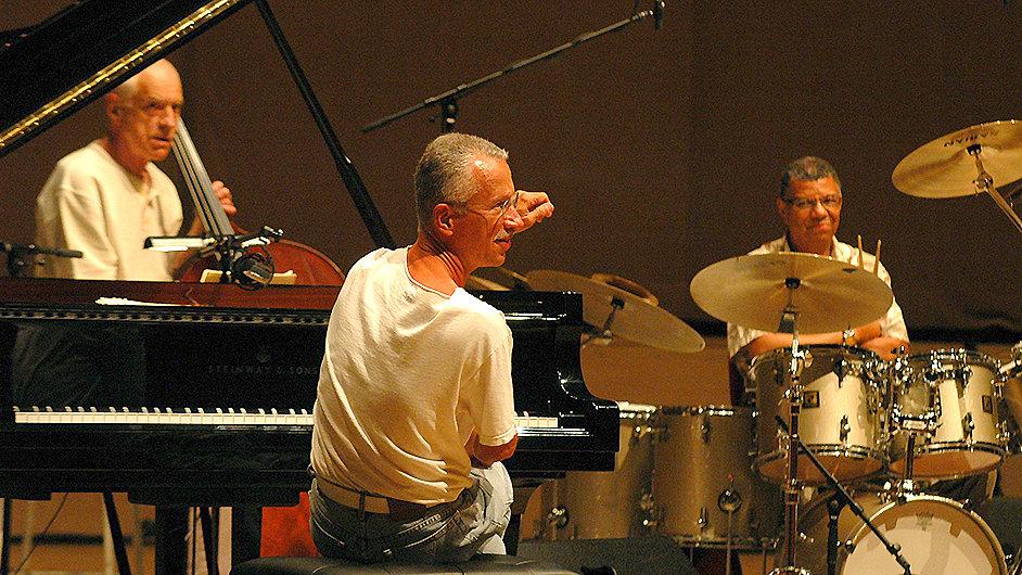 Keith Jarrett na snímku s bubeníkem Jackem DeJohnettem a basistou Garym Peacockem.