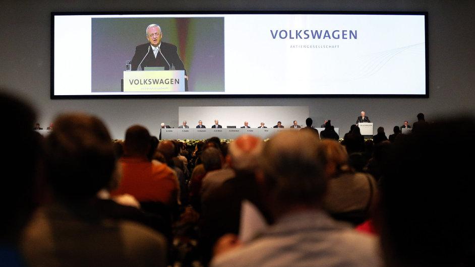 Na valné hromadě Volkswagenu vystoupil generální ředitel firmy Martin Winterkorn, poslouchalo ho tři tisíce akcionářů.