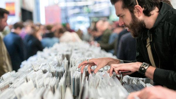 """Vydavatelé hudebních nahrávek se v nízkých nákladech vrací k """"černým"""" deskám – ilustrační foto."""