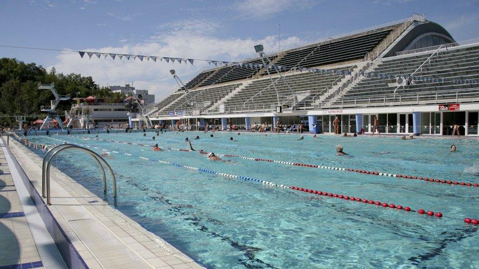 Střecha podolského bazénu ve tvaru vlny má kromě estetické hodnoty i praktické využití: slouží jako tribuna pro 5000 diváků.