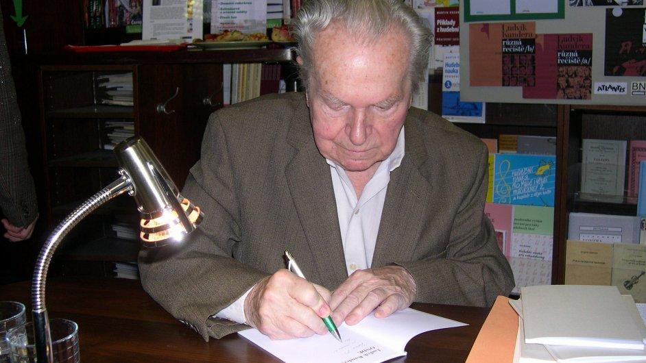 Básník Ludvík Kundera na podzim roku 2009.