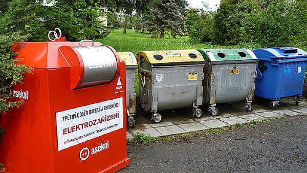 Červený kontejner na elektroodpad, ilustrační foto