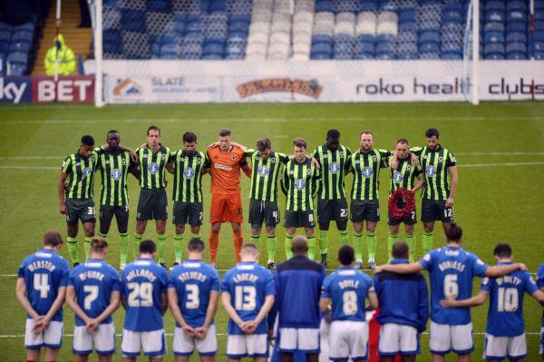 Fotbalisté před začátkem zápasu uctili oběti pařížských útoků.
