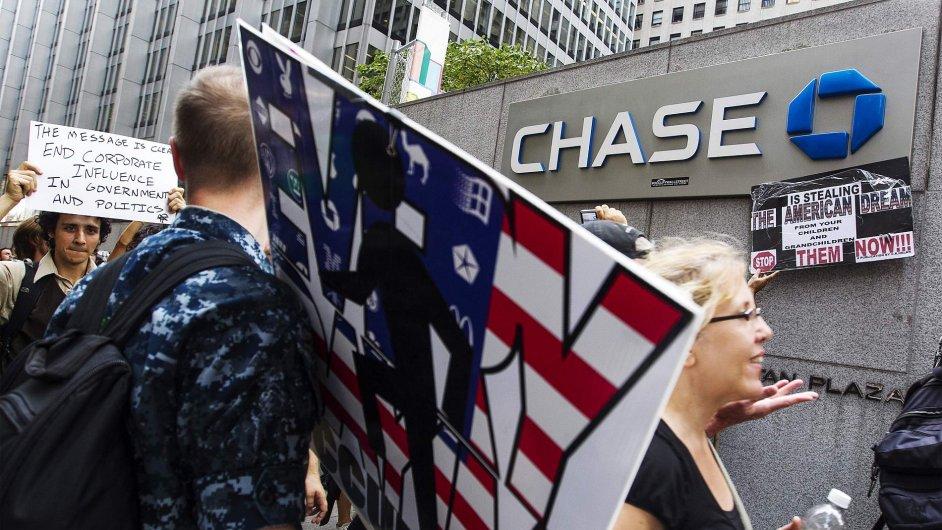 Aktivisté Occupy Wall Street před sídlem JP Morgan Chase v New Yorku.