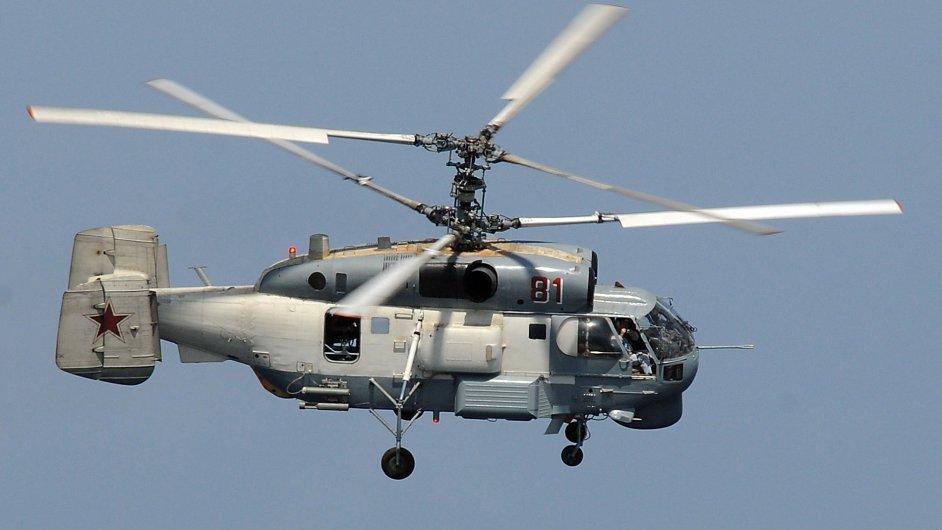 Ruský vrtulník KA-27 Helix letěl nad americkým torpédoborcem a fotil si ho.