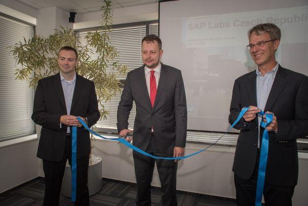 Stříhání pásky při slavnostním otevření vývojového centra SAP Labs ASR v Brně