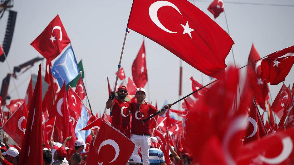 Prezident Erdogan řekne, lid přijde. V demokracii poturecku se likvidují instituce, ale lid v ulicích oslavuje svého