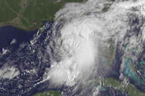 Hurikán Hermine se přehnal Floridou. Vítr o rychlosti 130 kilometrů za hodinu připravil desetitisíce domů o proud