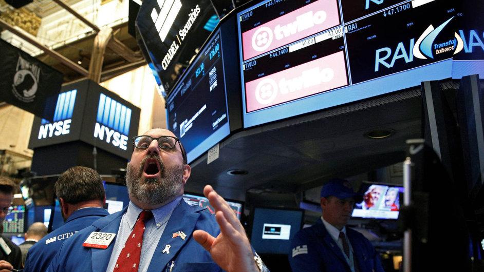 Až kúrovni 2100 bodů klesla vposledních dnech hodnota akciového indexu S&P 500 zahrnujícího největší podniky vUSA. Před měsícem se index pohyboval kolem 2160 bodů.