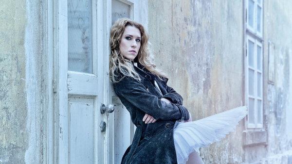 Primabalerína Nikola Márová, jejíž manžel je první sólista Národního divadla Alexander Katsapov. Taneční projev se jí prý změnil s mateřstvím, sama tančila v těhotenství.